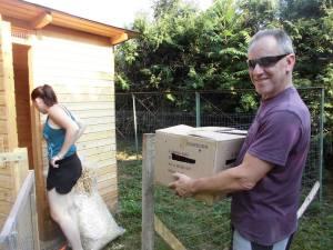 Papa mit Karton voll Hendln